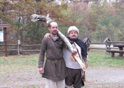 Marek i Siemowit po owocnych łowach na drewno w lesie.