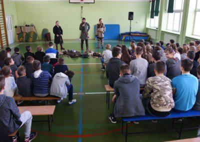 Rzadkie zdjęcie uczniów słuchających prelekcji