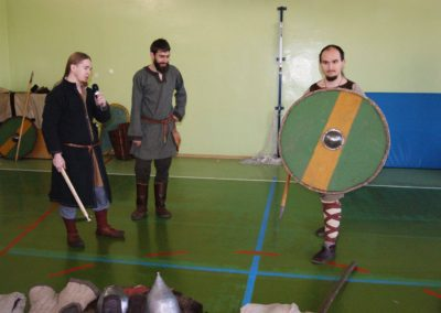 Opis podstawowego uzbrojenia we wczesnym średniowieczu